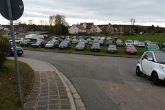Da kaum Parkmöglichkeiten vorhanden sind wird halt kurzerhand die Wiese umfunktioniert!